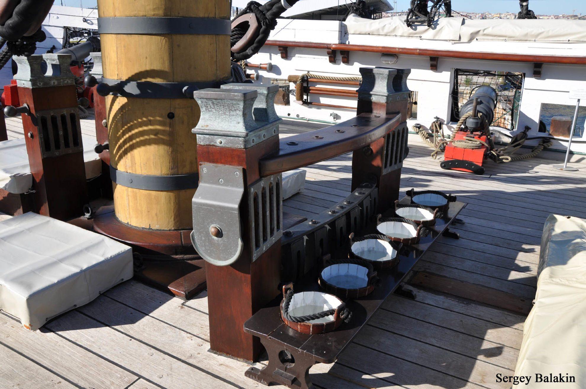 Еще один пример великолепной реконструкции: фок-мачту окружают аутентичные битенги с кофель-нагельными планками и даже кадки с водой!