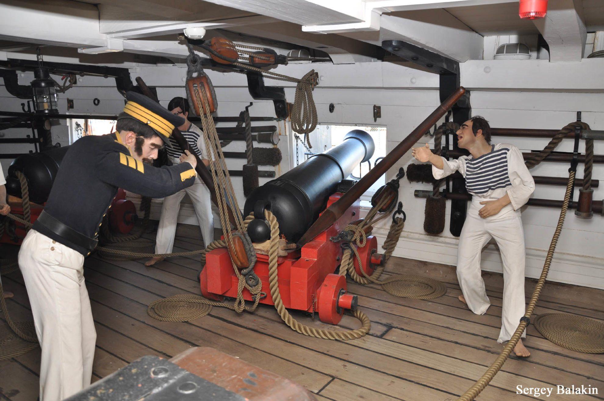 Манекены изображают прислугу 18-фунтового орудия нижнего дека.