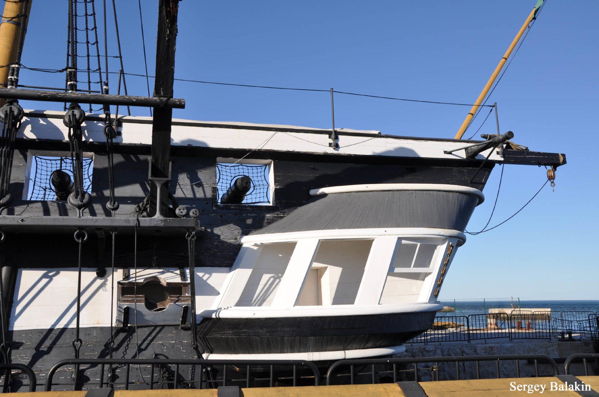 Кормовая часть фрегата. Полукруглая «веранда» - это штульцы, офицерский гальюн.