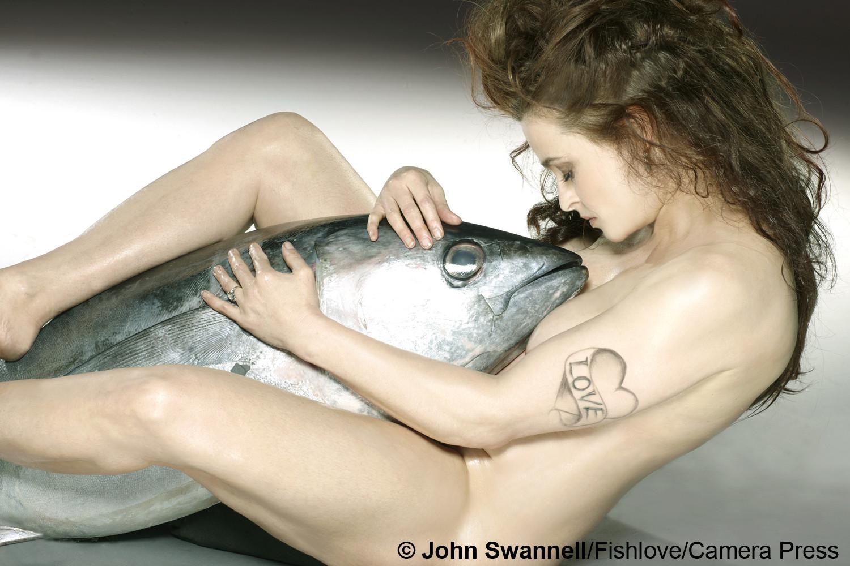 Обнаженная Хелена Картер и тунец