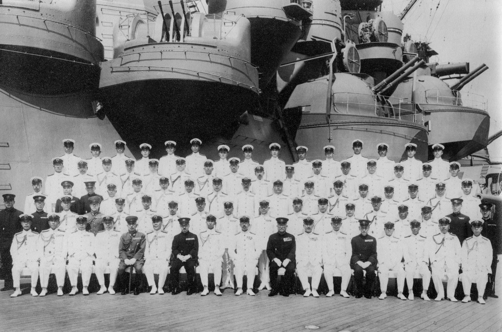 На палубе «Мусаси» во время императорского смотра, 24 июня 1943 г. В переднем ряду в центре - император Хирохито