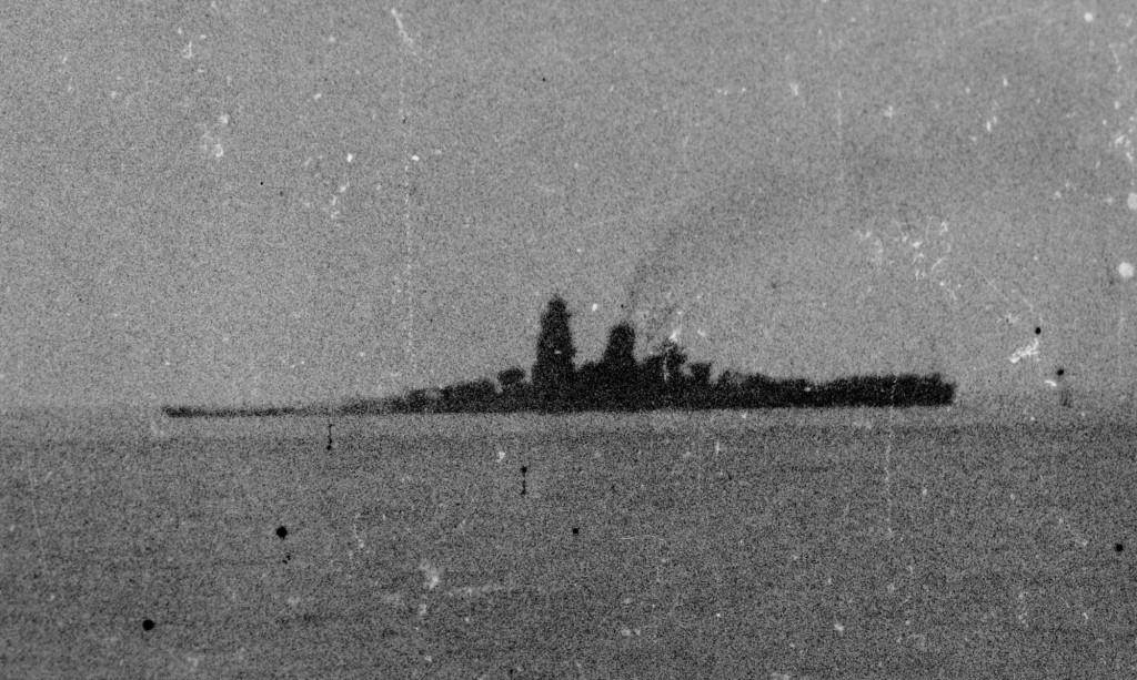 Последний снимок «Мусаси», сделанный за считанные минуты до его гибели с одного из японских кораблей эскорта. На увеличенном фрагменте этой фотографии хорошо видно, что линкор имеет огромный дифферент на нос, но все еще сохраняет ход