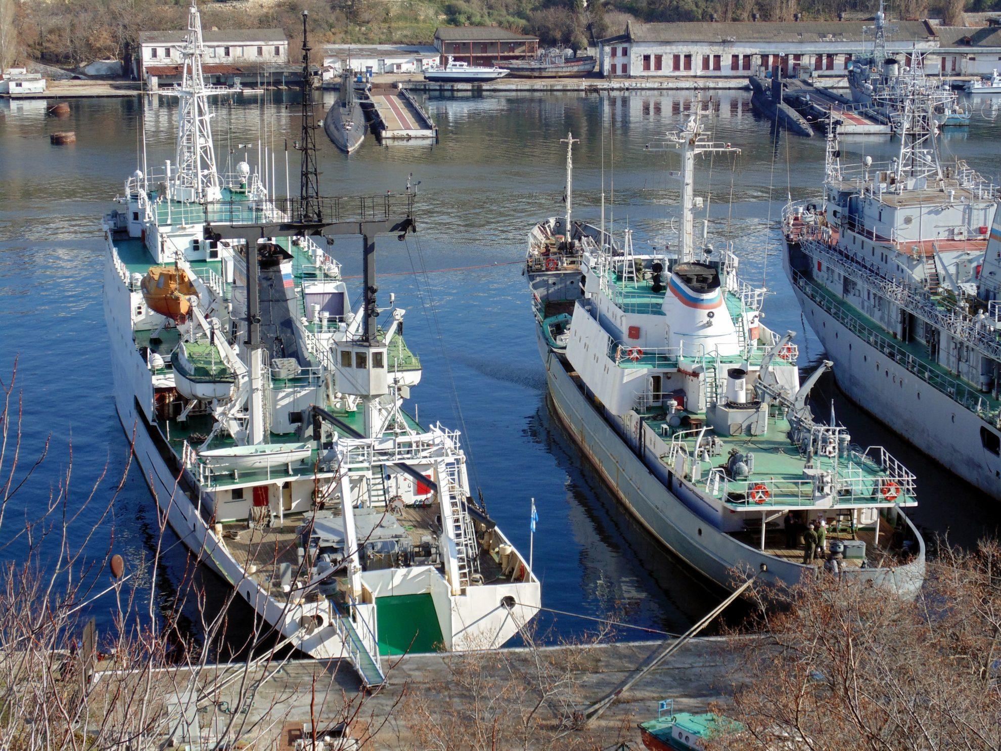 Вспомогательный флот в Ахтиарской бухте. Март 2014. Фотограф: Юрий Пушин