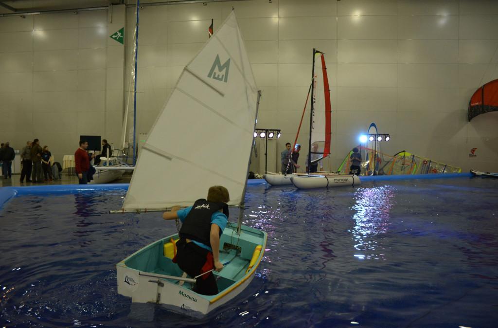 В павильоне выставки оборудован бассейн и вентиляторы для тренировки юных яхтсменов