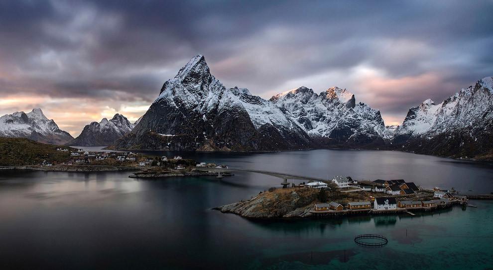 Панорама Рейне на Лофотенских островах, Норвегия. (Фото Wojciech Kruczynski,