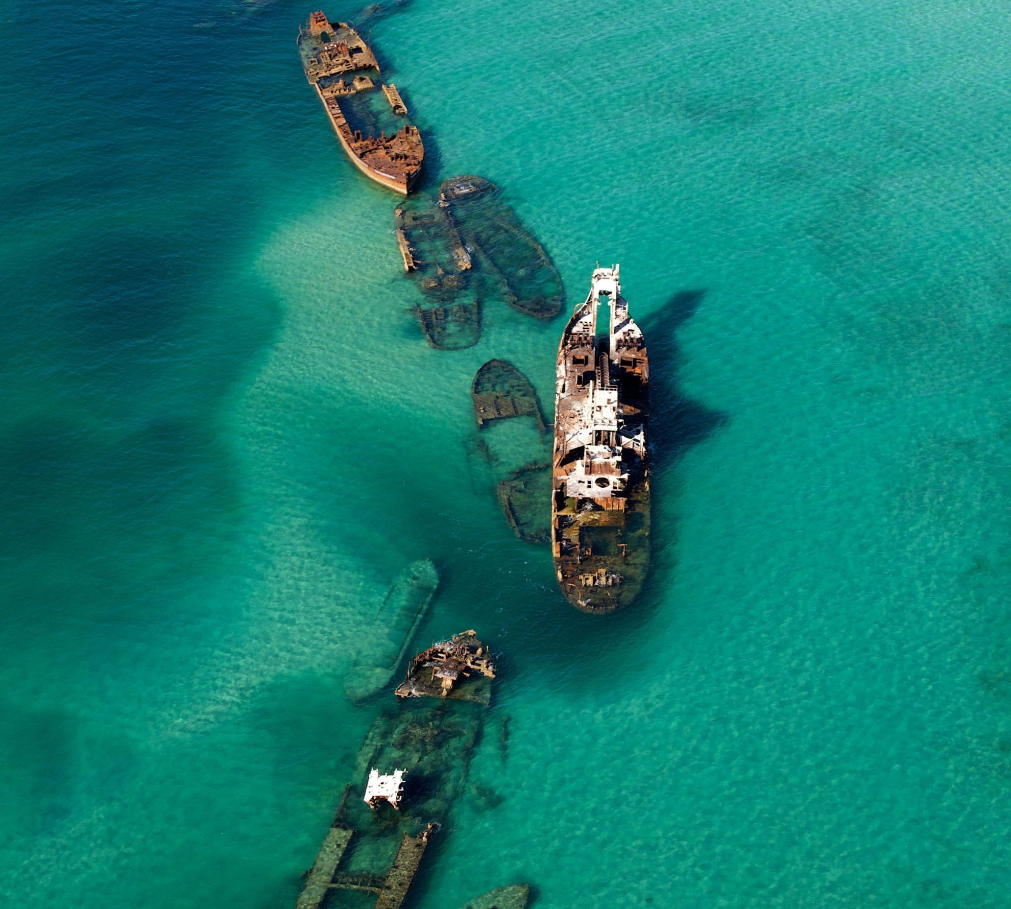 Останки кораблей на дне в районе Бермудского треугольника.