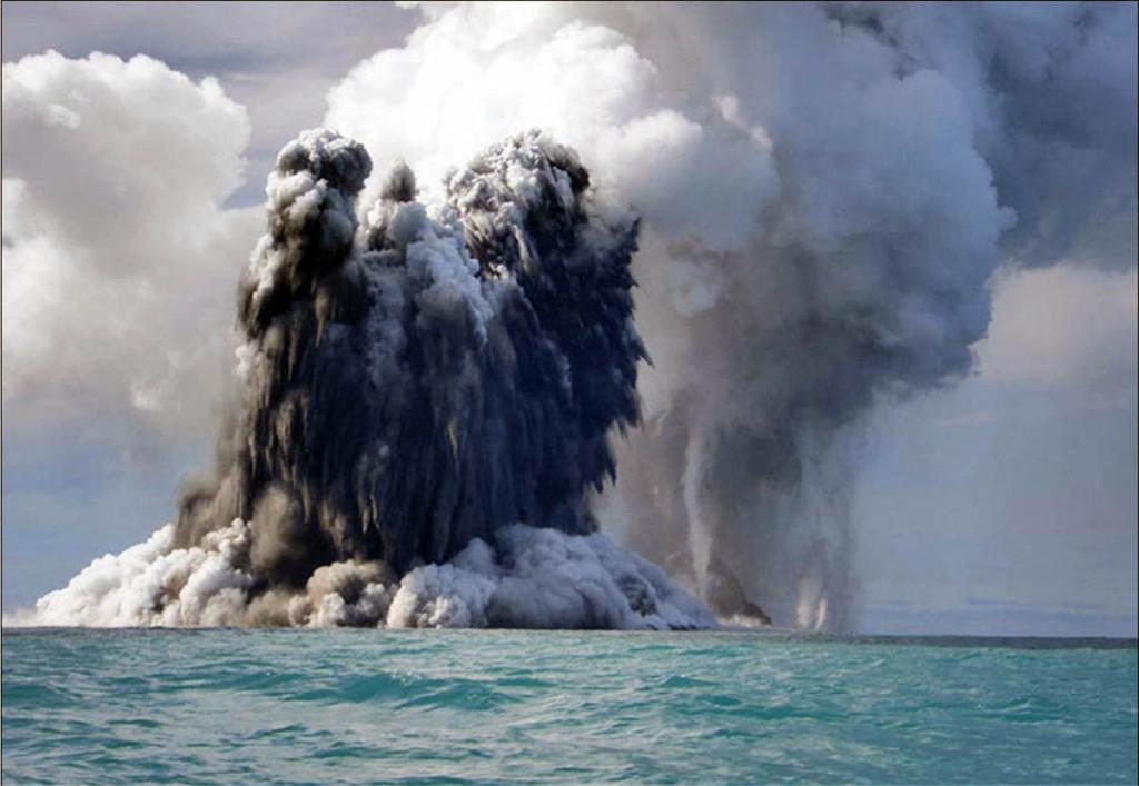 Извержение подводного вулкана в океане.