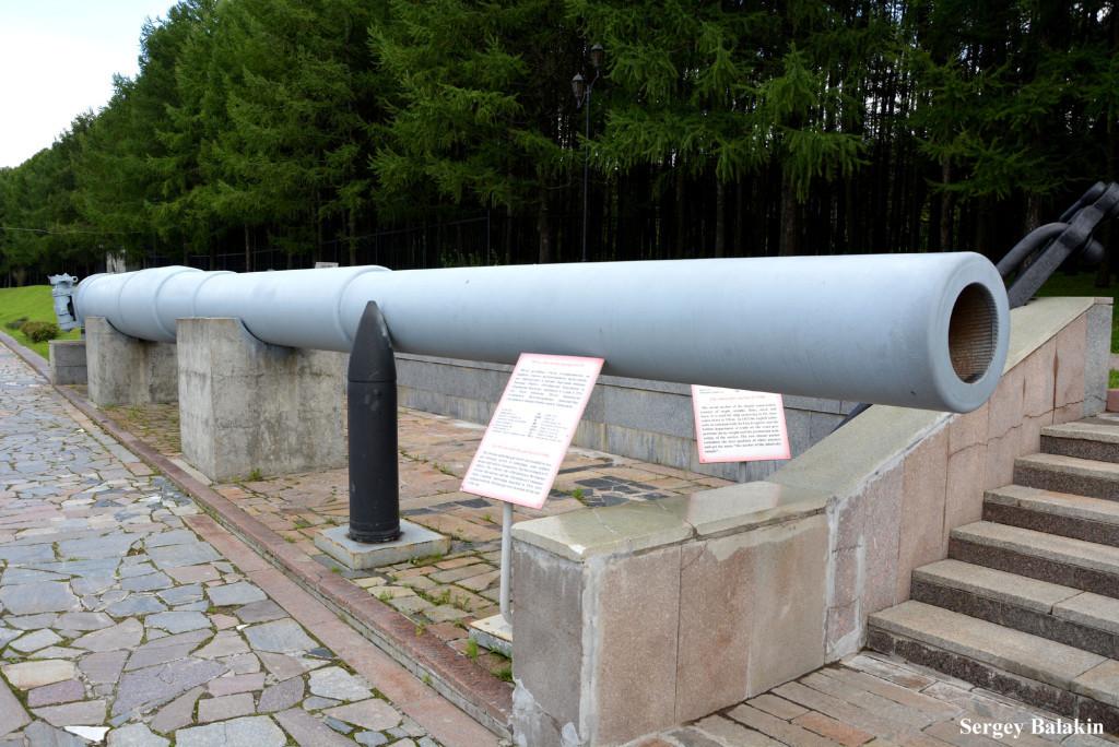 Ствол корабельного 12-дюймового (305-мм) орудия в экспозиции музея Великой Отечественной войны на Поклонной горе. Рядом установлен снаряд, входивший в боекомплект линкора.