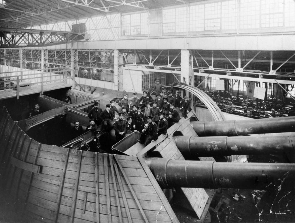 Этот снимок даёт наглядное представление о размерах 305-мм орудий и башенных установок, в которых они монтировались. Башни для русских дредноутов изготавливались на Металлическом заводе в Санкт-Петербурге, где и сделано это фото незадолго до Первой мировой войны.