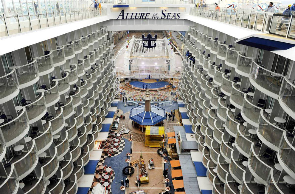 «Allure of the Seas»: вид на балконы внутренних кают и водный амфитеатр