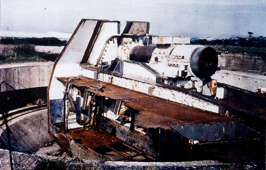 Разделка 305-мм орудия батареи «Мирус» на металлолом.