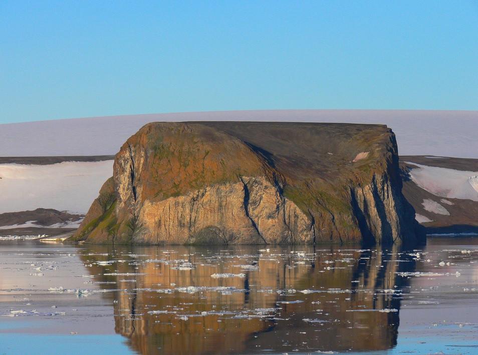 Скала Рубини, о. Гукера (вид с острова Скотт-Келти). Фото - М. Иванов