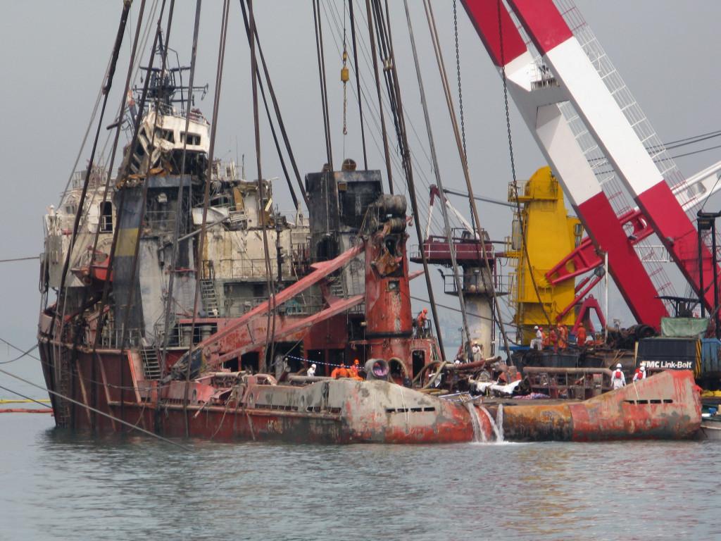 Подъём  буксира «Нефтегаз-67», 27 марта 2008 г.