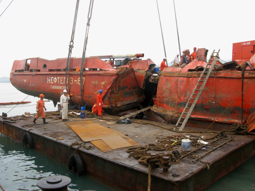 Пробоина в корпусе «Нефтегаза-67» от удара бульбового форштевня китайского судна «Яо Хай».