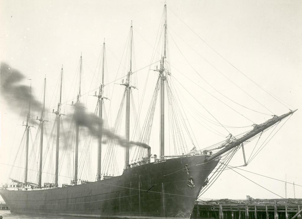 «Thomas W.Lawson» у причала. Из трубы идёт дым от работающей вспомогательной паровой машины