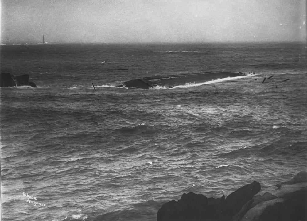 Корпус шхуны-гиганта, сфотографированный сразу после катастрофы, декабрь 1907 г.