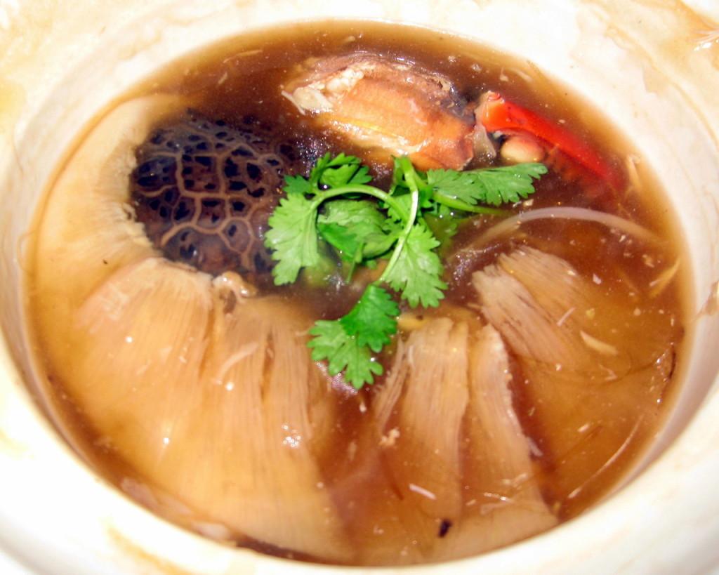Суп из акульих плавников, традиционное азиатское блюдо.