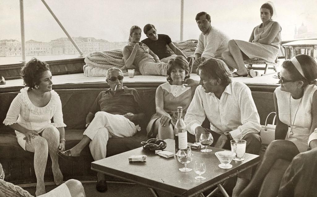 На яхте «Christina»: в первом ряду слева - Элизабет Тейлор, рядом с ней Онассис, четвёртый слева – знаменитый актёр Ричард Бёртон