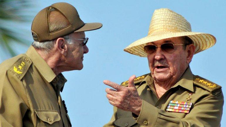 Министр Внутренних дел бригадный генерал Abelarado Colomé (слева)  и  Raú -Castro (справа)
