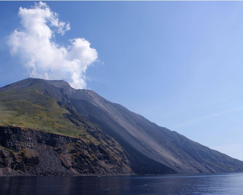 Стромболи - активный вулкан.
