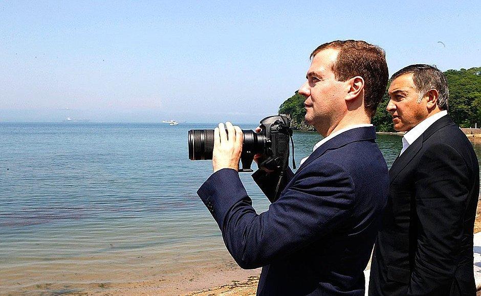 """Дмитрий Медведев при посещении детского центра """"Океан"""" во Владивостоке."""