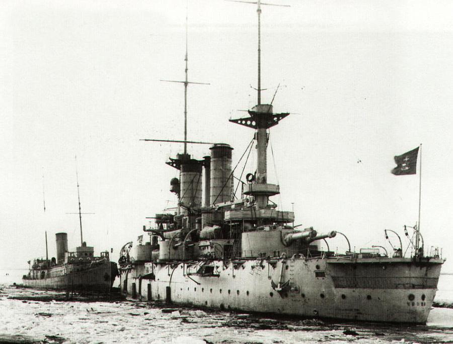 Линейный корабль Чесма под красным флагом Беломорской военной флотили.