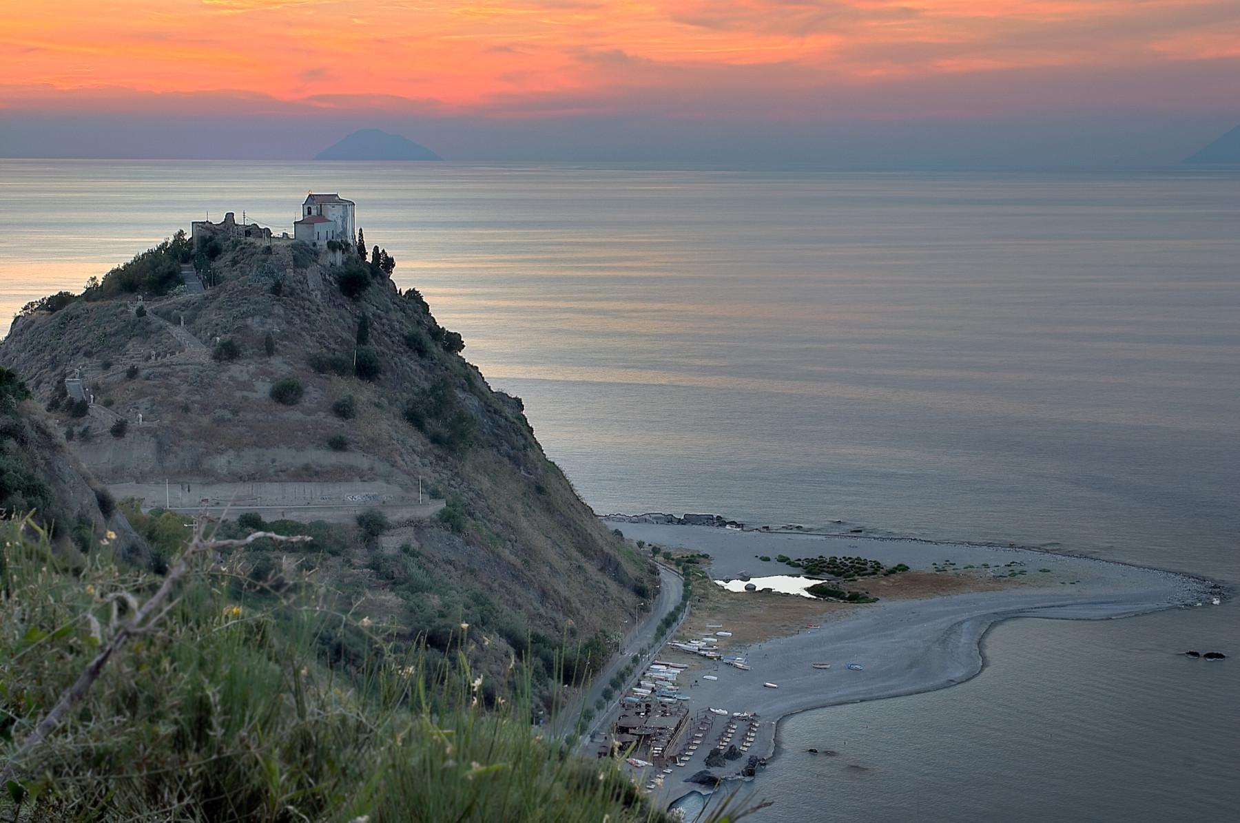 Monte della Madonna. Вид на острова Аликуди и Филикуди.