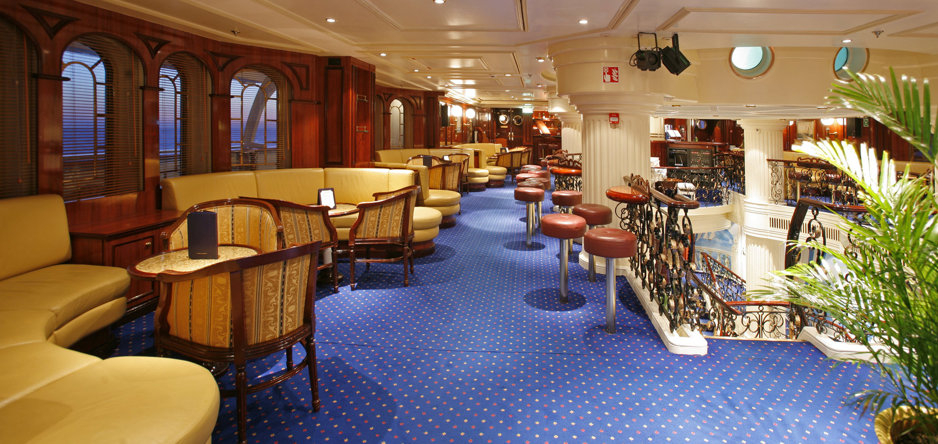 OceanEvent-Royal-Clipper-1-piano-lounge