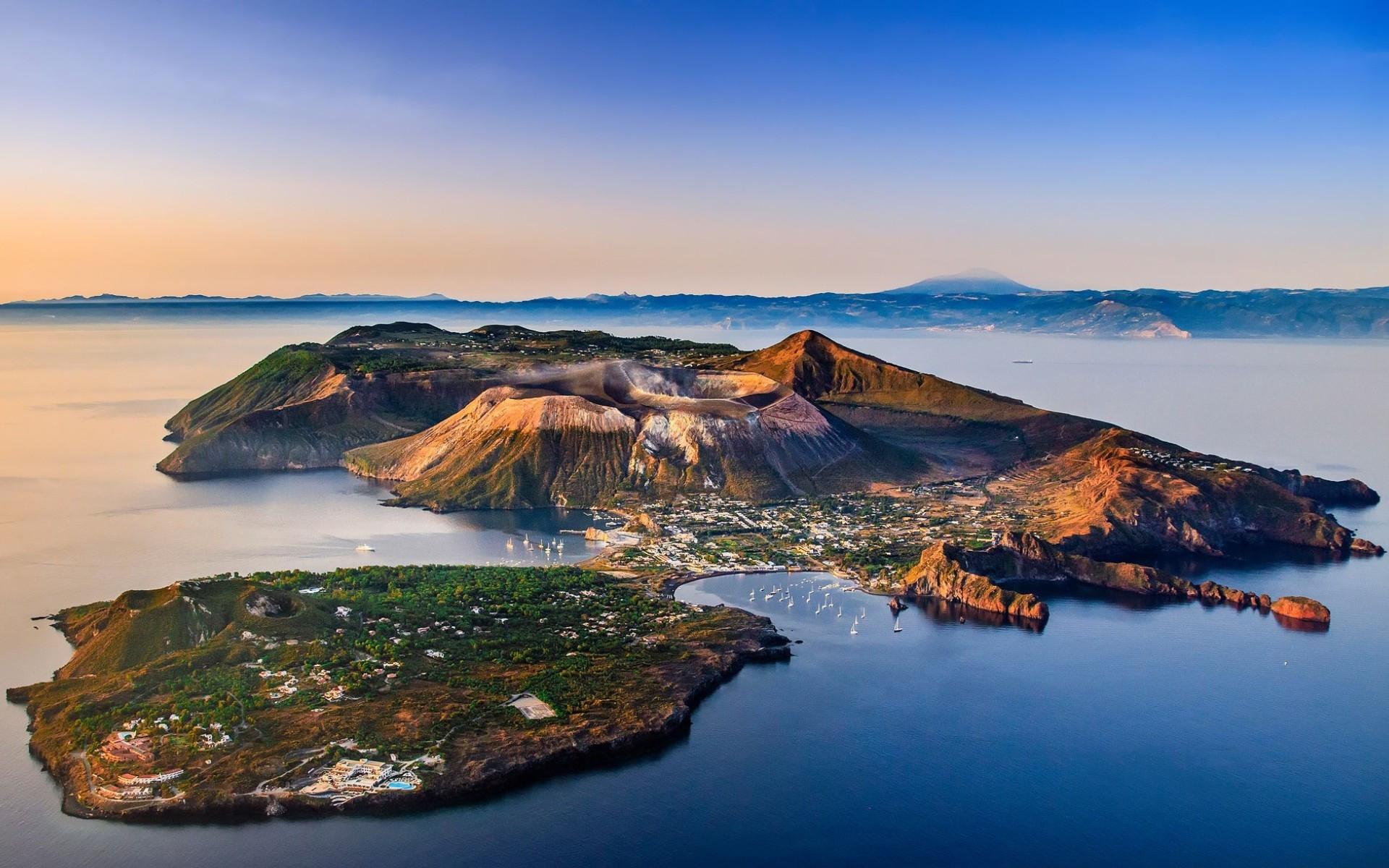Остров Вулкано с высоты птичьего полета.