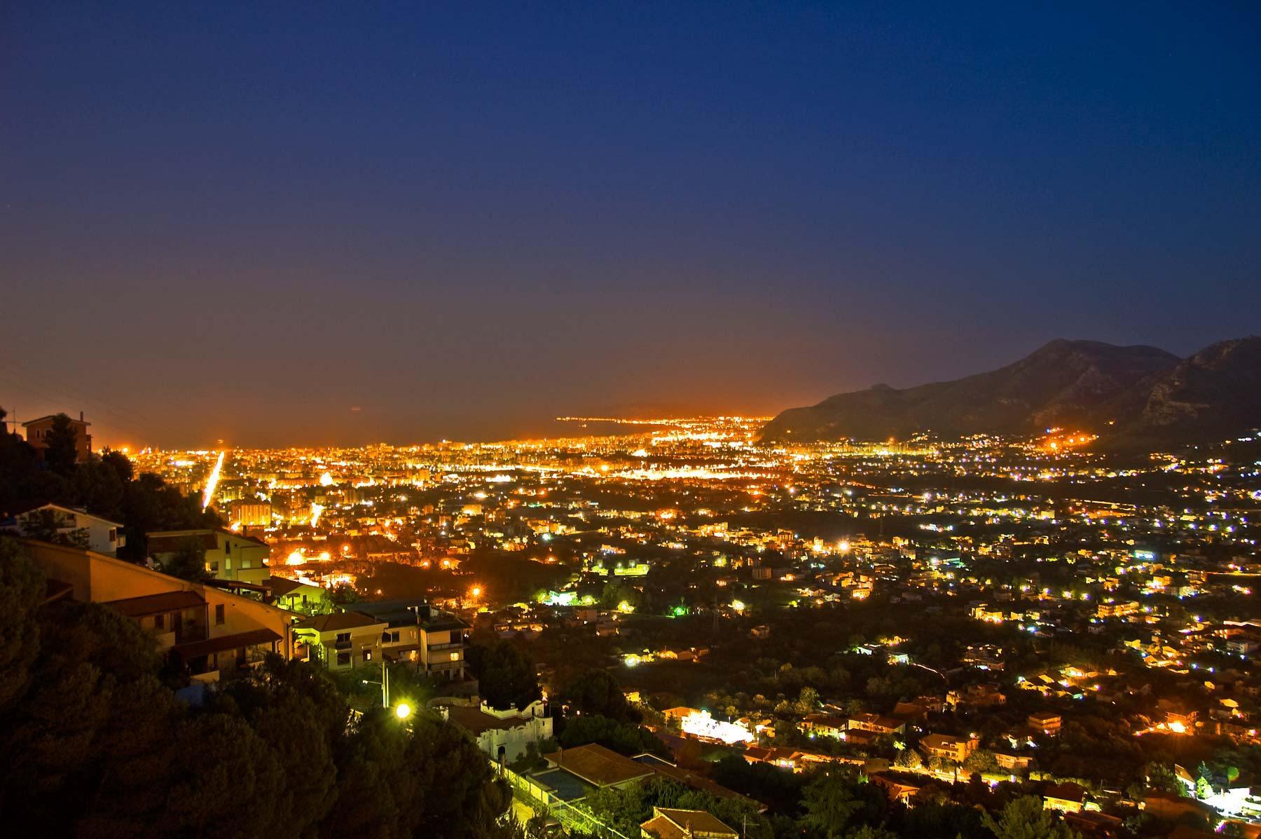 Палермо. Столица Сицилии. Город ночью.