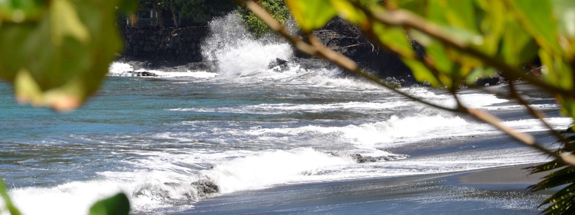 Песок на пляжах острова Таити черного цвета, вулканического происхождения.