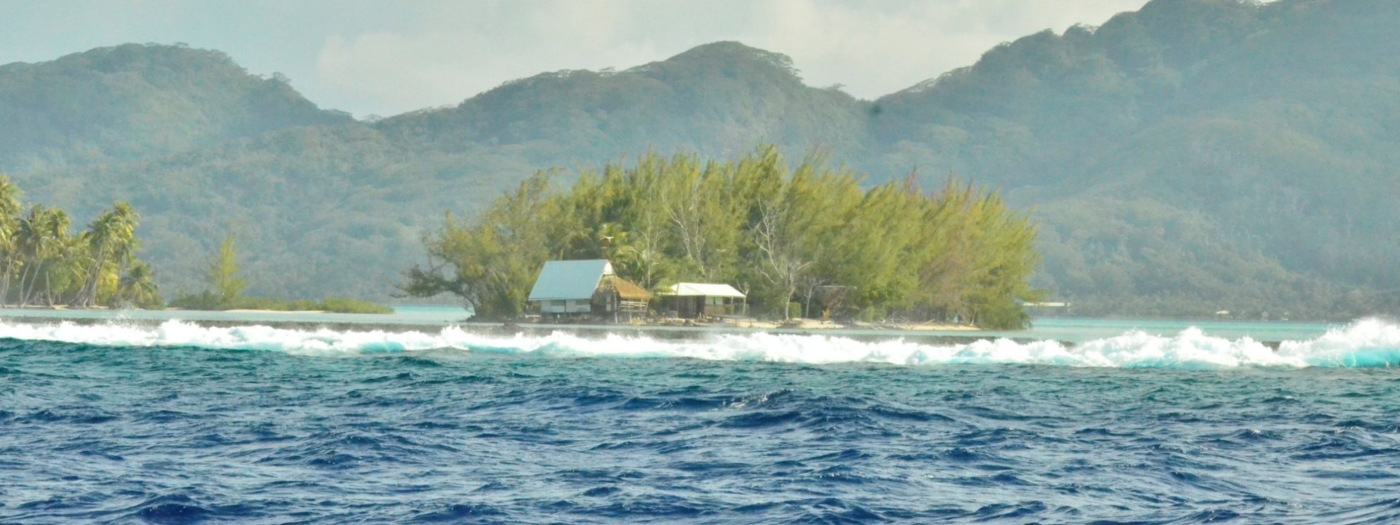 Фото. Волны бьются о коралловый риф вокруг острова Райатеа.