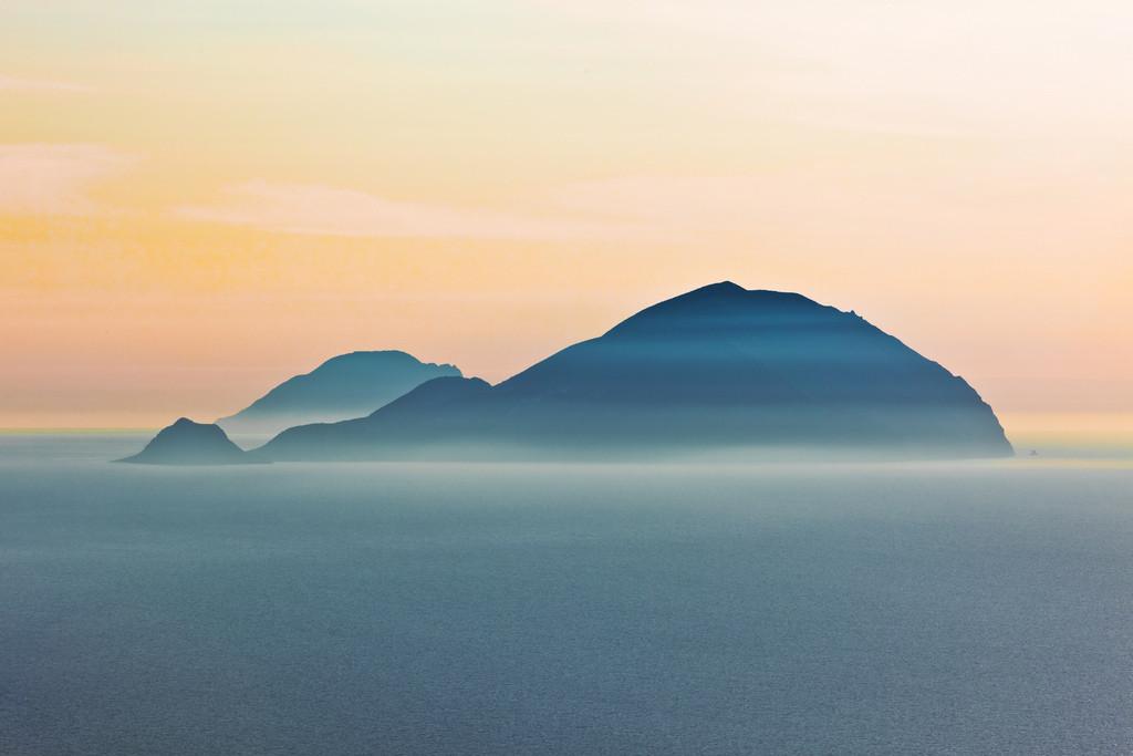 Самым дальним островом архипелага является малонаселенный Аликуди