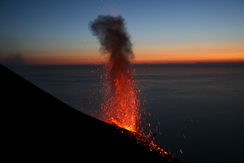 На острове Стромболи каждые 15 минут извергается вулкан. И так уже 20 тысяч лет. ..