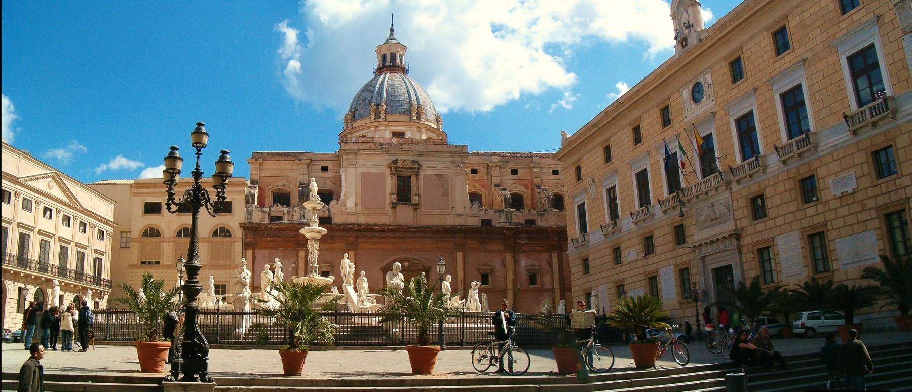 Церковь Сан Джузеппе дей Театини  на площади Претория.