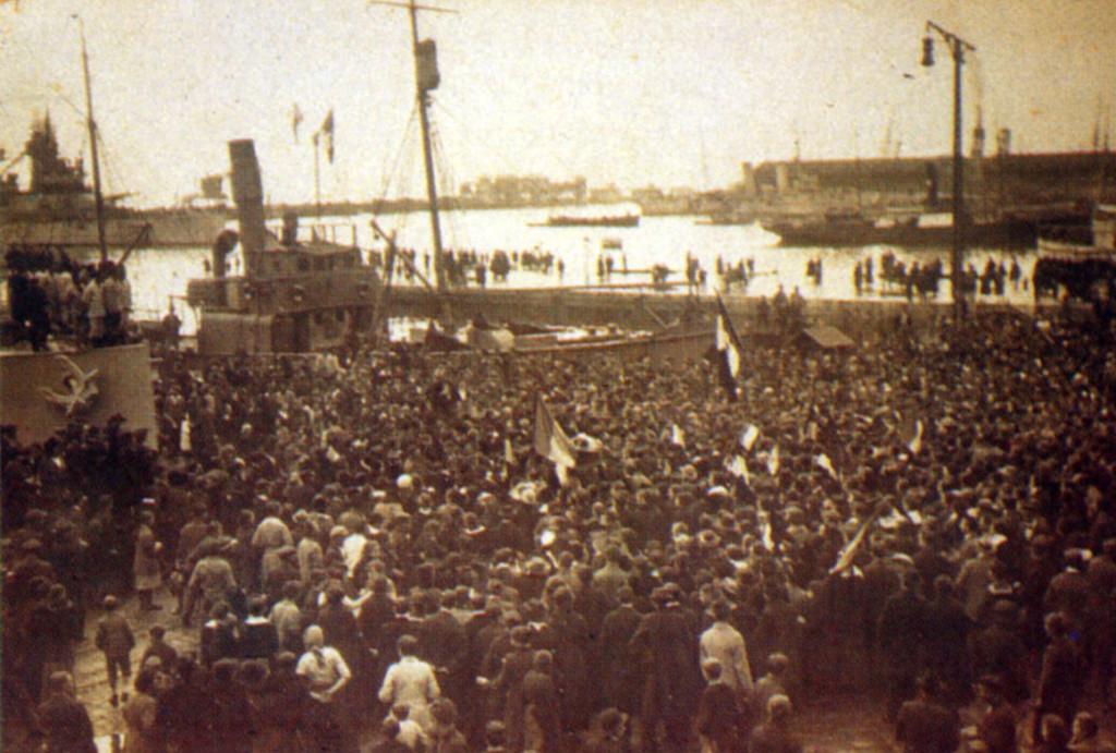 Население Фиуме встречает итальянский броненосец «Эмануэле Филиберто», 4 ноября 1918 г.