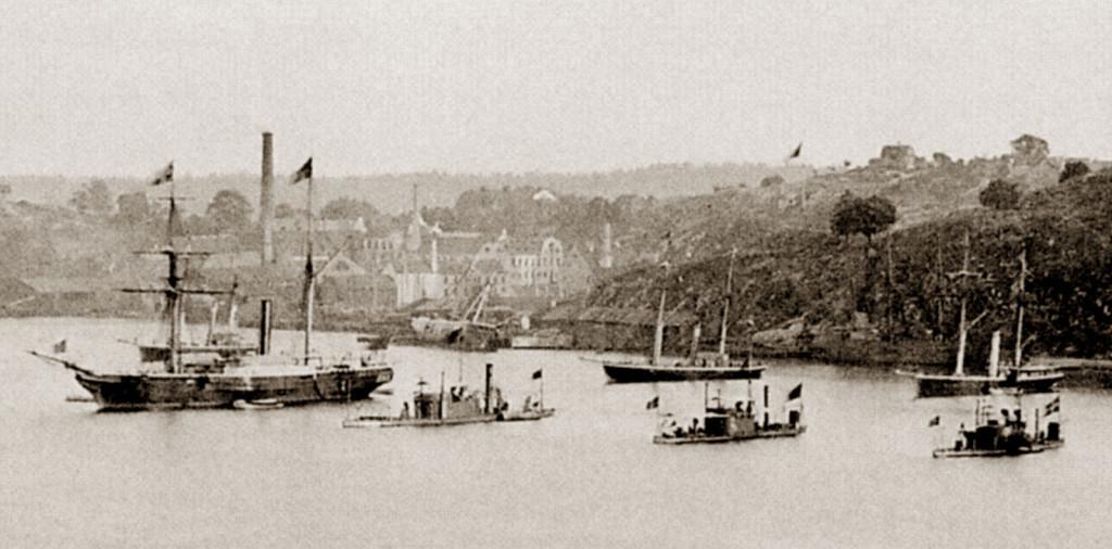 Шведские военные корабли в Стокгольме, 1872 г.  Справа от колёсного корвета «Тор» на переднем плане стоят броненосные канонерские лодки 3-го класса: «Хильдур» (возможно, «Герда»), «Шёльд» и «Фенрис». Похоже, это единственная сохранившаяся фотография «броненосной галеры»…
