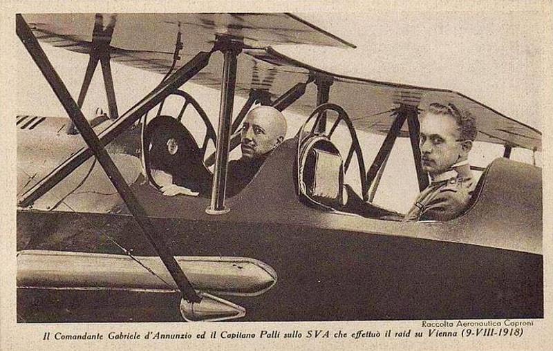 Габриэле д'Аннунцио (слева) в кабине самолёта Ансальдо SVA.9, на котором он 9 августа 1918 г. совершил пропагандистский полёт над столицей Австро-Венгрии Веной