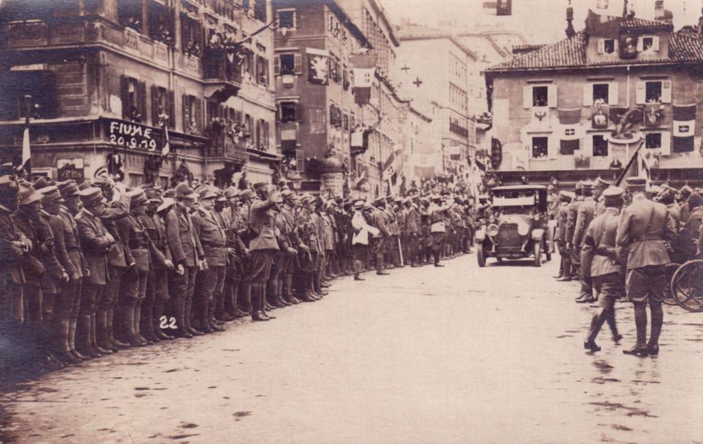 Сторонники д'Аннунцио приветствуют автомобиль с команданте, 20 сентября 1919 г.