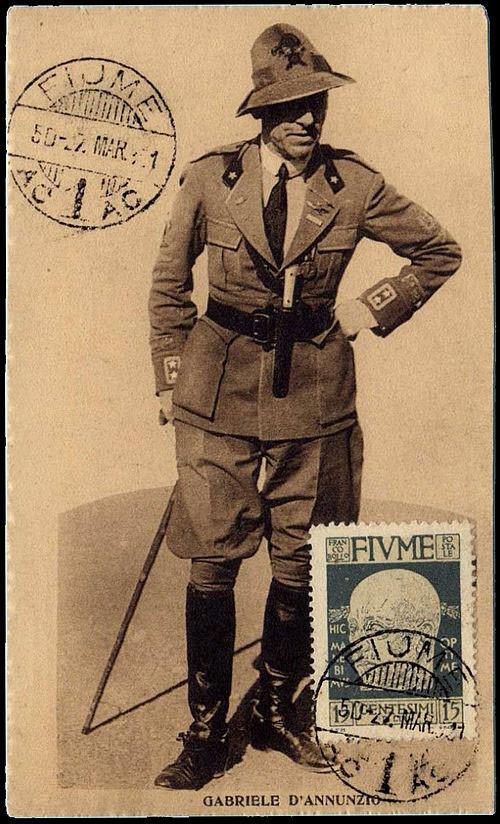 Габриэле д'Аннунцио в форме команданте. Открытка с почтовой маркой Республики Фиуме