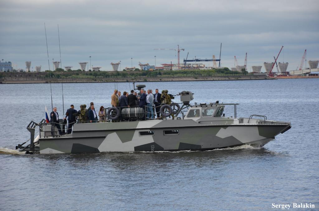 А это ещё один клон шведского СВ 90 - катер проекта БК-16, построенный на верфи в Рыбинске и представленный концерном «Калашников». На палубе в центре группы товарищей стоит заместитель председателя правительства РФ Д.О.Рогозин