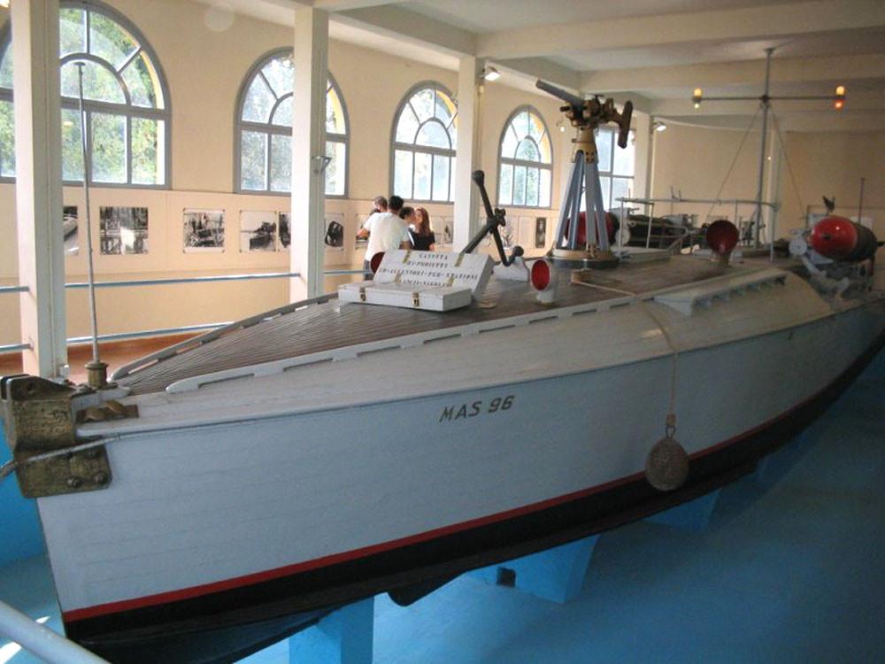 Ещё один подлинный экспонат виллы-музея «Иль Витториале дельи Итальяни»: торпедный катер MAS-96