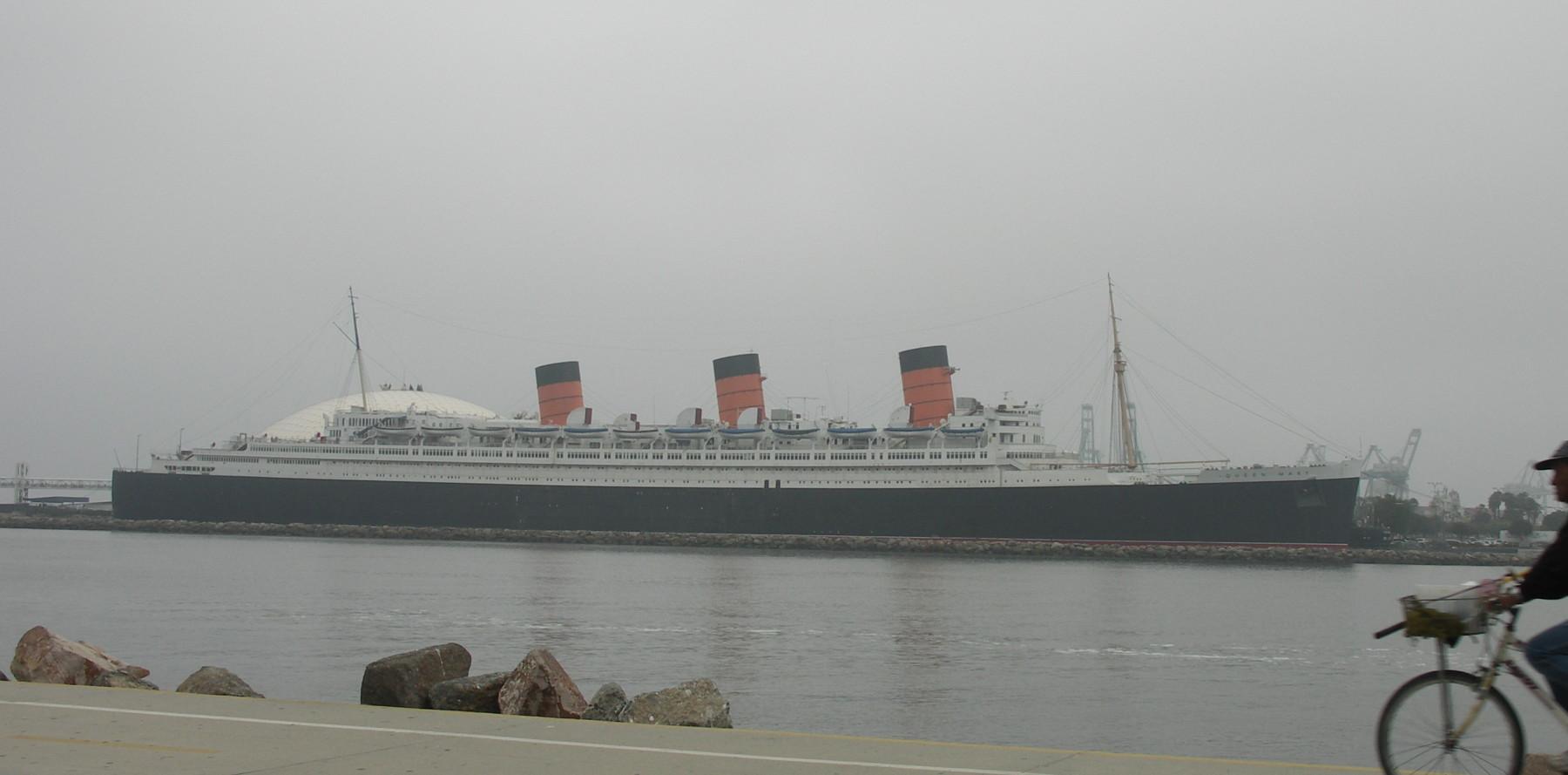 «Куин Мэри» в порту города Лонг Бич (калифорния)  используется как отель.