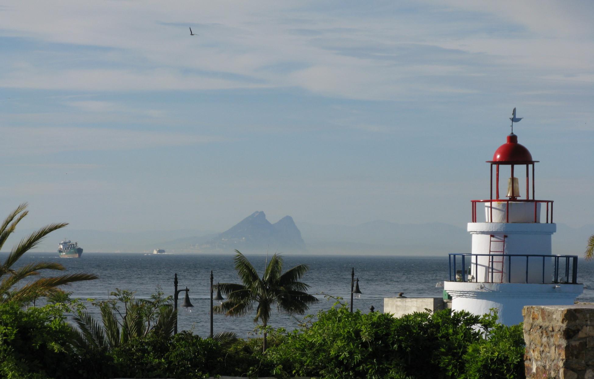 Вид на пролив со стороны Сеута, вдали виден двугорбый мыс Гибралтар