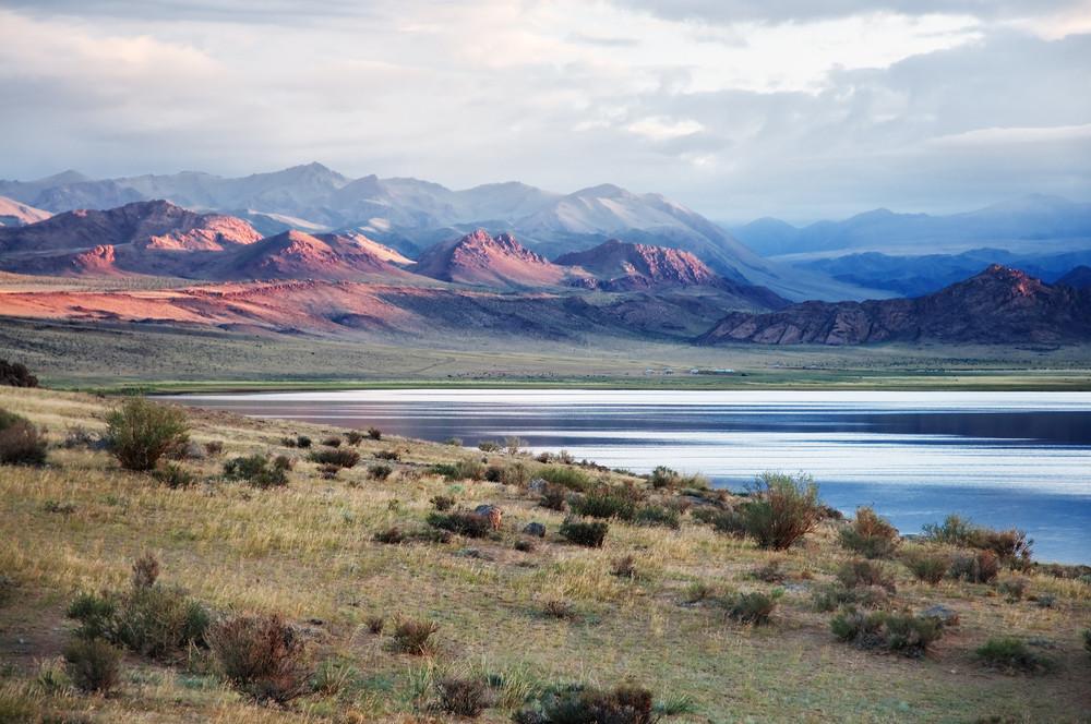 Озеро Толбо нуур (Монголия) - живописное горное озеро лежит в окружении величественных гор на высоте 2079 м в 34 км южнее Улгия. Площадь 84 кв.км, длина 21км, ширина 7км, протяженность береговой линии 62км, глубина 12м. Замерзает с октября по май месяцы. Богато рыбой.