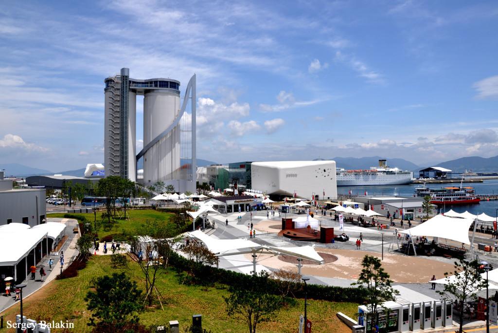 Вид на выставочный комплекс ЭКСПО в южнокорейском городе Ёсу. Самое высокое сооружение выставки - башня Sky Tower