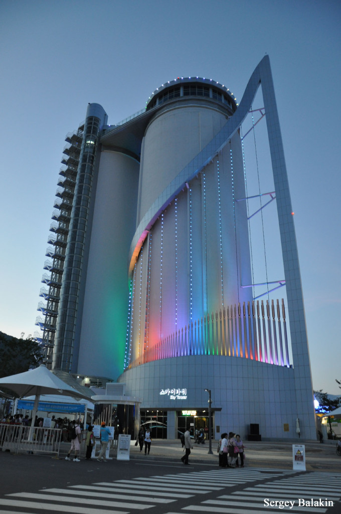 Башня Sky Tower вечером. 80 вертикальных труб внизу – это и есть самый большой в мире орган Vox Maris