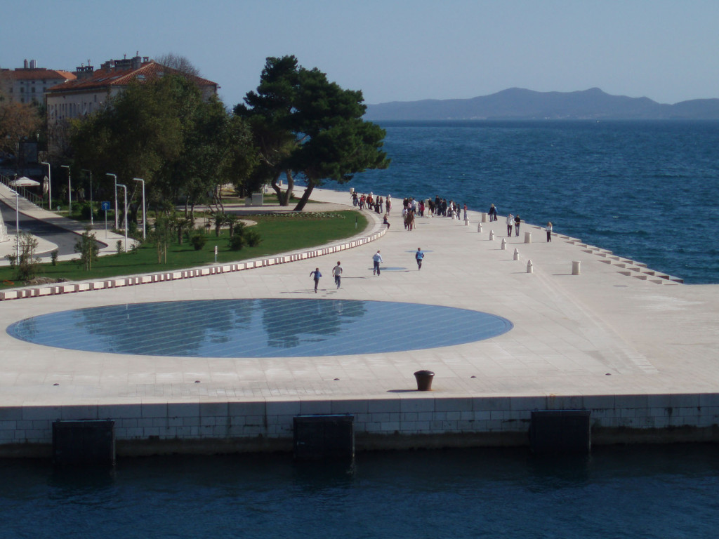 Город Задар. Синий круг на набережной – это акустическая система Морского органа