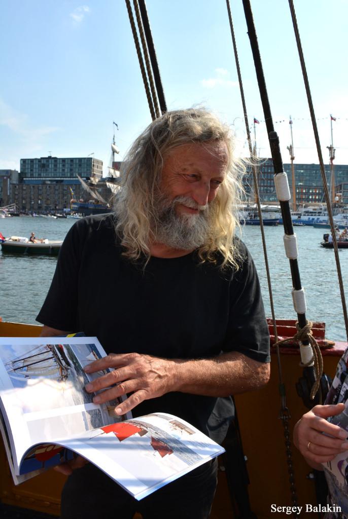 Капитан барка «Europa» Клаас Гаастра с журналом «!Ocean» в руках. Теперь выпуски этого журнала есть в судовой библиотеке парусника