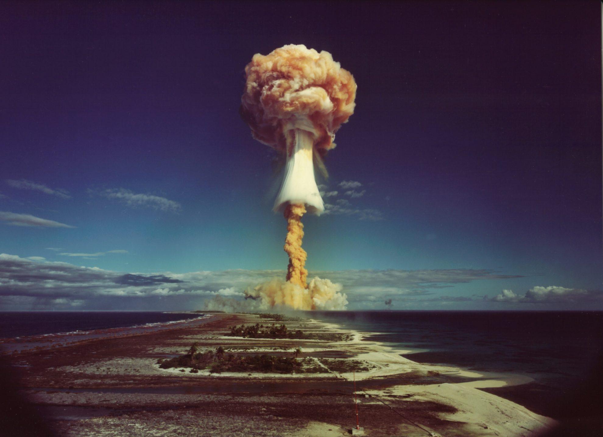 Фото ядерного взрыва французского правительства на атолле Муруроа в 1971 г